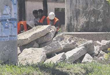 Obreros sacan el pavimento dañado en la avenida del canal Perovélez. Foto: ROLANDO VILLEGAS