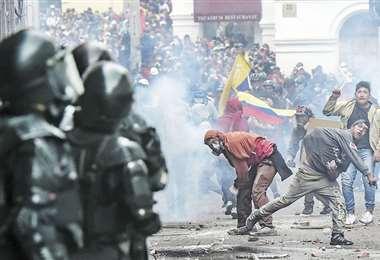 Quito se transformó en un campo de batalla por las protestas de estudiantes e indígenas. Foto: AFP