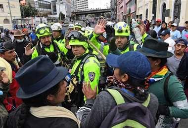 Indígenas de Ecuador retuvieron este jueves a ocho policías en la capital Quito, durante un tenso enfrentamiento en medio de violentas protestas por el aumento de los precios del combustible | AFP