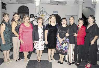 Anfitrionas. Blanca Mirian Rodríguez (cuarta de la izquierda), presidenta de AMUP, con las integrantes de su directorio