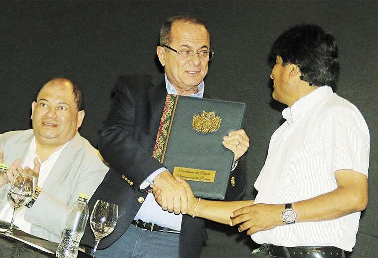 Luis Barbery, presidente de la CEPB, recibe la ley de manos del presidente, Evo Morales