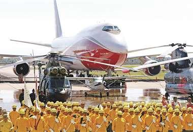 Con una bruma de agua lanzada al aire por carros bomberos, se dijo adiós a las aeronaves. FOTOS: JORGE IBÁÑEZ