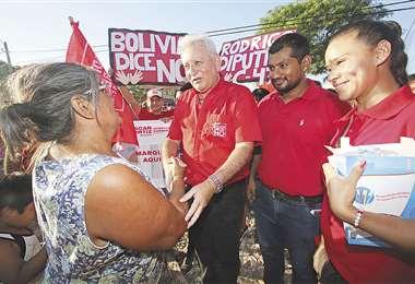 El gobernador Rubén Costas estuvo ayer en la Villa Primero de Mayo. En la recta final de la campaña decidió impulsar a Óscar Ortiz