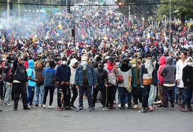 La gente protesta por un aumento en el precio del combustible ordenado por el gobierno para obtener un préstamo del FMI. Foto AFP