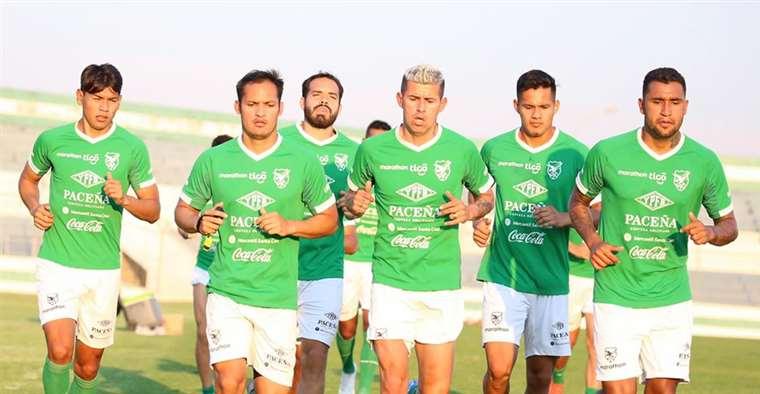 'Conejo' Arce (centro) trabaja junto a sus compañeros de selección este viernes en el estadio Édgar Peña, de Santa Cruz. Foto. Prensa FBF