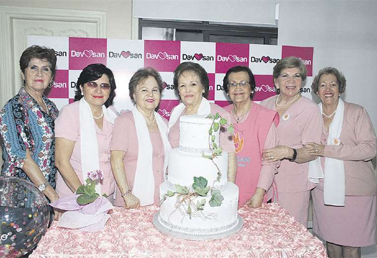 En grupo. Bertina Paz, Mery Suárez, Beatriz de Cadario, Dora Luz de Dávila, Mery de Cadario, Aida Vargas y Diana Bendeck