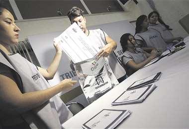 Personal técnico del Órgano Electoral capacita a los jurados sobre el procedimiento del llenado de actas y del manejo del sobre de seguridad