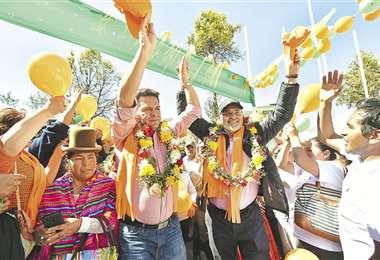 Carlos Mesa y Luis Revilla sellaron su alianza para las elecciones presidenciales con una caminata por un mirador de la ciudad de La Paz