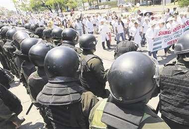 Los galenos marcharon hasta el comando policial para reclamar por la represión. Foto: ROLANDO VILLEGAS