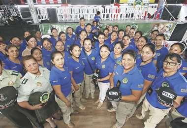 Policías que trabajan en la Felcv de Santa Cruz durante un acto por el Día de la Mujer Boliviana