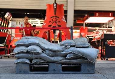 La Ferrari colocó bolsas de arena para evitar complicaciones por el mal tiempo. Foto. AFP
