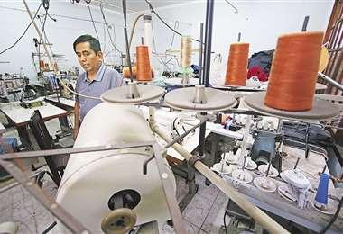 Rutina. Todas las mañanas, Raúl García, se dirige a su taller para limpiar sus máquinas. Hace dos años cerró el taller. Costura de vez en cuando o si 'cae un pedido' para no perder su destreza