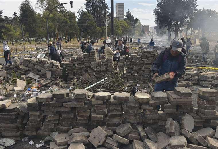 Manifestantes reconstruyen barricadas durante el undécimo día de una protesta por un aumento en el precio del combustible en Ecuador | Foto: AFP