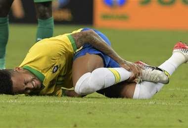 Neymar no terminó el partido ante Nigeria por lesión. Foto. AFP