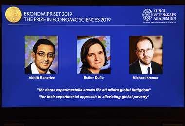 """El trío fue premiado """"por su enfoque experimental para aliviar la pobreza global"""", indicó el jurado. Foto AFP"""