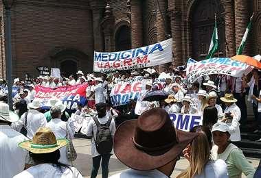 Universitarios apoyan a los médicos en Santa Cruz. Foto Berthy Vaca