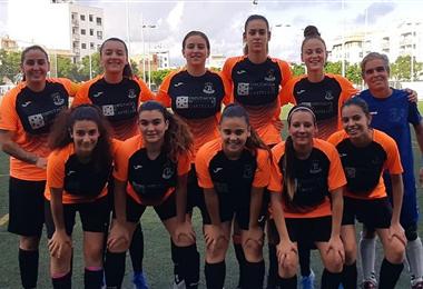 Paola Guzmán (segunda de izq. a dcha.) en la formación del equipo que se enfrentó al Atlético Saguntino. Foto: Internet