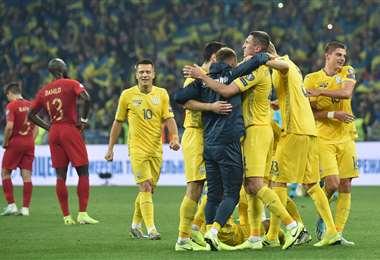 Los jugadores de Ucrania celebrando si clasificación. Foto: AFP