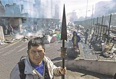 Una gran cantidad de escombros son amontonados en el centro de Quito, luego de las manifestaciones. foto: AFP