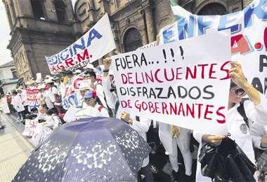 Estudiantes de Medicina de la Uagrm marcharon ayer en favor de los médicos. Esperan una solución al lío