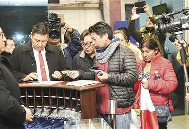 Los dirigentes de Comcipo al momento de registrar su ingreso a la Casa Grande del Pueblo. Un grupo que estaba en huelga de hambre en la plaza Murillo fue retirado a la fuerza