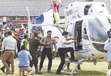 Oposición dice que Morales viaja en naves del Estado para hacer campaña