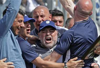 Maradona desata su euforia en cada gol de Gimnasia