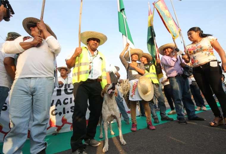 Los marchistas fueron recibidos por la ciudadanía en el cuarto anillo y avenida Virge de Cotoca. Foto: Rolando Villegas