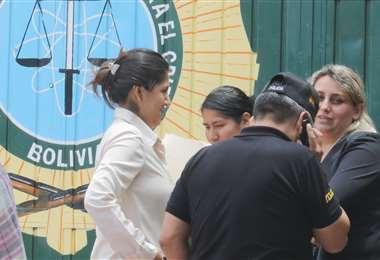 Familiares de los detenidos aguardan noticias en las puertas de la Felcc. (foto: Rolando Viellgas)