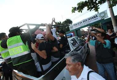 Los detenidos fueron llevados desde el Cambódromo hasta la Felcc. (Foto: Hernán Virgo)