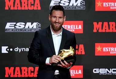 Lionel Messi disfruta de un nuevo galardón conseguido en Europa. Foto. AFP