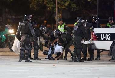 Efectivos policiales detuvieron a varios manifestantes. Foto: Jorge Gutiérrez