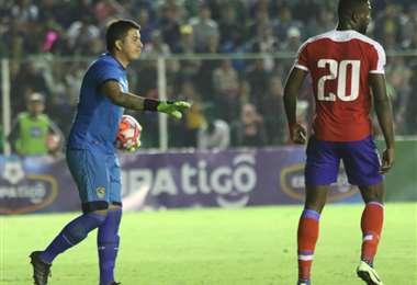 Quñonez (izq.) durante el partido de la selección. Foto: Hernán Virgo