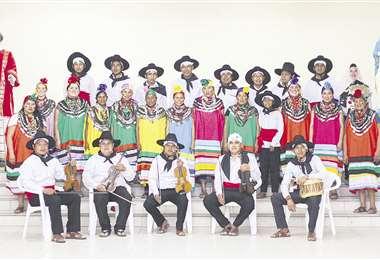 Coro y orquesta unidos. El grupo que viajará a Europa lucirá la vestimenta de la región chaqueña y, además, realizará diversas coreografías