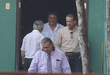 El presidente del Comité Pro Santa Cruz y los abogados salen de las instalaciones de la Felcc, donde se iba a realizar la audiencia. Foto: Rolando Villegas
