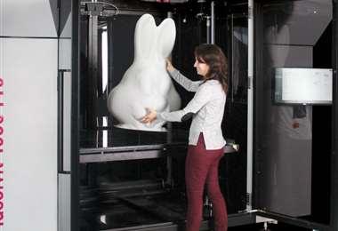 Foto referencial. Como característica específica, HARP imprime verticalmente y usa rayos ultravioleta para solidificar las resinas líquidas convirtiéndolas en plástico de alta resistencia. Foto: APdigitales.com