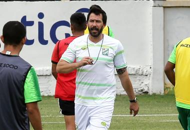 Pablo Sánchez trabajó con el plantel incompleto debido a la convocatoria de ocho jugadores a la selección. Mañana definirá el onceno. Foto: Fuad Landívar