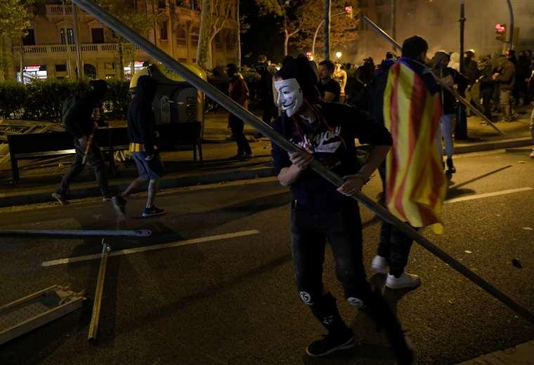 Los manifestantes hacen barricadas durante una manifestación convocada por los Comités de Defensa de la República (CDR) locales en Barcelona. Foto AFP