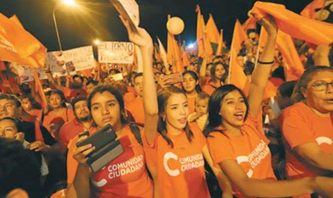 La presencia de los jóvenes fue mayoritaria anoche en el cierre de campaña de Comunidad Ciudadana. Foto: Jorge Uechi