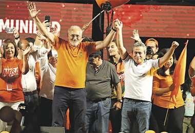 El binomio de Comunidad Ciudadana, Carlos Mesa y Gustavo Pedraza, apeló anoche a la unidad para sacar al MAS del Gobierno nacional. Foto: FUAD LANDÍVAR
