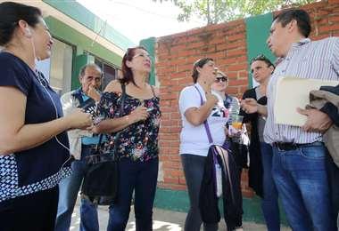 Familiares de los detenidos esperan información de los detenidos (Foto: Rolando Villegas)