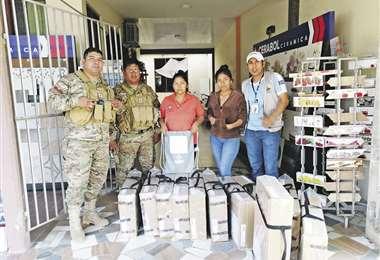 El momento en que se entregó ayer las maletas con el material a los notarios electorales en Yapacaní