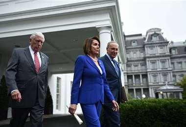 La presidenta de la Cámara de Representantes, Nancy Pelosi, el líder de la minoría del Senado Chuck Schumer (D-NY) y el representante Steny Hoyer, salen de la Casa Blanca después de reunirse con el presidente de los Estados Unidos, Donald Trump. Foto: AFP