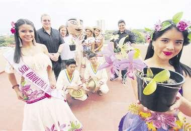 Camila Vargas, señorita Orquídea 2019 (izq.), bailarines y gente que organiza el festival. Foto: JORGE GUTIÉRREZ