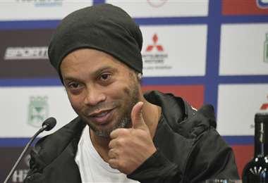 Ronaldinho durante la conferencia de prensa que brindó en Bogotá. Foto: AFP