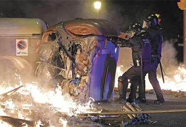 Los manifestantes utilizaron bombas molotov y quemaron varios vehículos en Barcelona. Foto: AFP