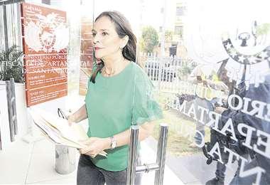 La concejala Rosario Schamisseddine cuando ingresaba ayer a la Fiscalía Departamental.  Foto: FUAD LANDÍVAR