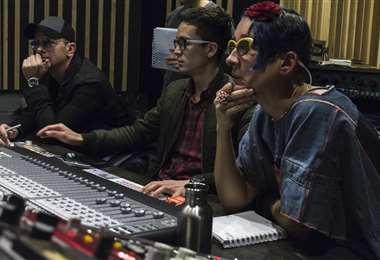 José Mrochek (izq) en plena grabación con la artista colombiana