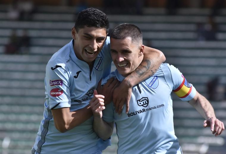 Orellana felicita a Callejón por el gol para Bolívar. Foto: APG