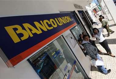 El sistema de pagos del banco Unión sufrió un percance esta mañana. Foto Rolando Villegas